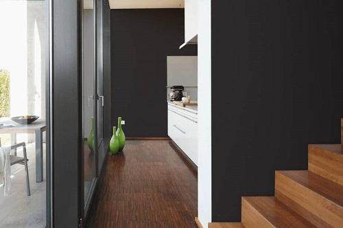 Schwarze Wandfarbe Raumbild